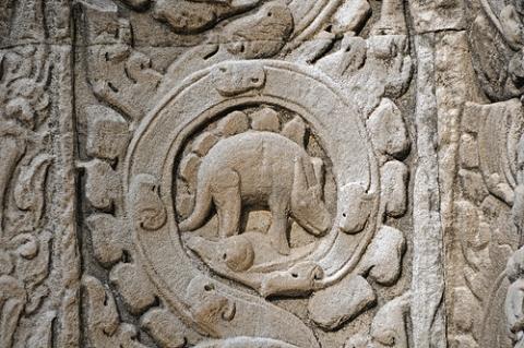 Dinosauruse-nikerdused-templis